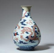Drachenvase mit unterglasurblauem und kupferrotem Dekor. Qing-Zeit (1644–1911)