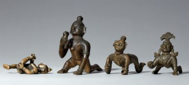 Vier kleine Figuren des Balakrishna. Kupferlegierung. Indien. 18./19. Jh.
