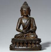 Figur eines Buddha. Dunkel patinierte Bronze. Tibetochinesisch. 18. Jh.