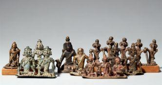 Acht Figuren von Dorfgottheiten, Ahnen oder munja. Kupferlegierung. Zentral-Indien, Maharashtra, Nas