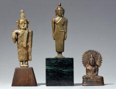 Drei kleine Buddha-Figuren. Gelbmetall. Sri Lanka,19./20. Jh.