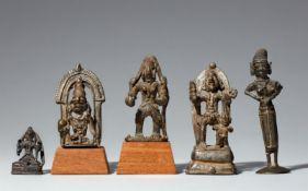 Vier Figuren von Gottheiten und eine Yasoda-Figur. Kupferlegierung. Zentral-Indien, Madhya Pradesh,