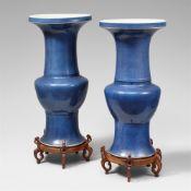 Paar Yenyen-Vasen mit puderblauer Glasur. 18./19. Jh.