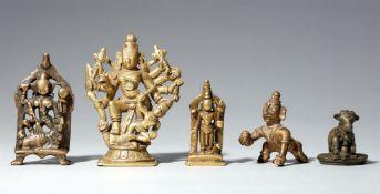 Fünf Figuren von Gottheiten. Kupferlegierung. Zentral- und Süd-Indien. 17./20. Jh.