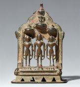 Kleiner Jain-Altar. Kupferlegierung. West-Indien, Gujarat. Inschriftlich datiert 1478