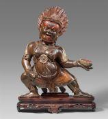 Große Figur des Mahakala. Holz, polychrom gefasst. Tibetochinesisch. 18./19. Jh.