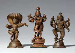 Drei Figuren des Krishna. Kupferlegierung. Süd-Indien. 17./19. Jh.