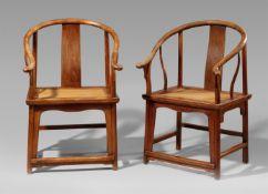 Paar Stühle mit hufeisenförmiger Lehne. Huanghuali. 18./19. Jh.