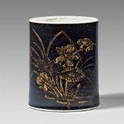 Pinselbecher (bitong) mit spiegelschwarzer Glasur und Golddekor. Kangxi-Periode (1662–1722)