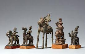 Fünf Figuren von Reitern. Kupferlegierung. Zentral- und Süd-Indien, Maharashtra, Aurangabad, und Kar