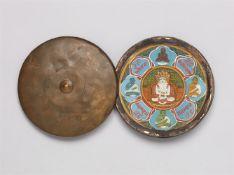 Shvetambara Siddhachakra unter Glas in einer runden Metalldose. Kupferlegierung, Glas und Malerei au