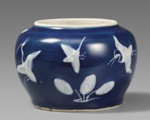 Kleiner blau glasierter Topf mit slip-Dekor. Zhangzhou (Swatow). Späte Ming-Zeit, 16./17. Jh.