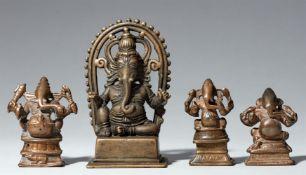Vier Figuren von Ganesha. Kupferlegierung. Zentral- und Süd-Indien, 19./20. Jh.
