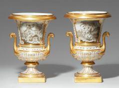Paar Medici-Vasen mit Gemäldekopien en grisaille