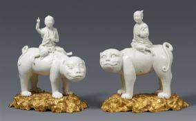 Paar blanc de Chine-Figuren von Knaben auf Tigern in französischer Ormolu-Montierung. Dehua. 1. Hälf