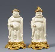 Zwei blanc de Chine-Figuren eines Budai in französischer Louis XV Ormolu-Montierung. Dehua. Kangxi-P