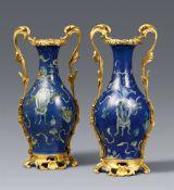Paar Vasen mit puderblauem Fond in französischer Louis XV-Ormolu-Montierung. Dehua. Kangxi-Periode (