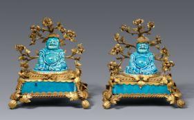 Paar türkisblau glasierte Räucherstäbchenhalter in Form von zwei Budai in Goldbronzemontierung. Kang