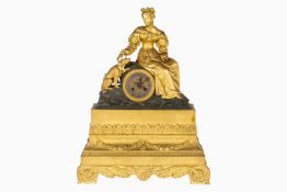 Kaminuhr Bronze, 19. Jh, mit Geh- und Schlagwerk, auf Glocke, Fadenaufhängung, versilbertes