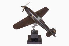 Schreibtischmodell eines italienischen Jagdflugzeuges, 30er Jahre, Bakelit, mit italienischen