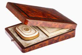 Kleine Holzschatulle in Wurzelmaßerung und Messingintarsien, mit kleinem Portemonnaie und