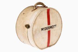 """Runde Hutschachtel, British Made, Patent Nr. 176669, mit 3 Verschlüssen und Henkeln, """"Mc Dermott"""","""