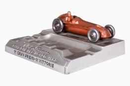 "Siegerpreis Aschenbecher mit Alfa Romeo Rennwagen, Guss, ""Alfa Romeo Campione del Mondo 1950, 11"
