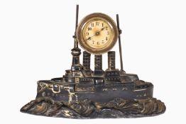 Kleine Tischuhr, Kriegsschiff mit Uhr, 20er Jahre, Guss, ursprüngl. versilbert, Uhrwerk zäh, L 23,