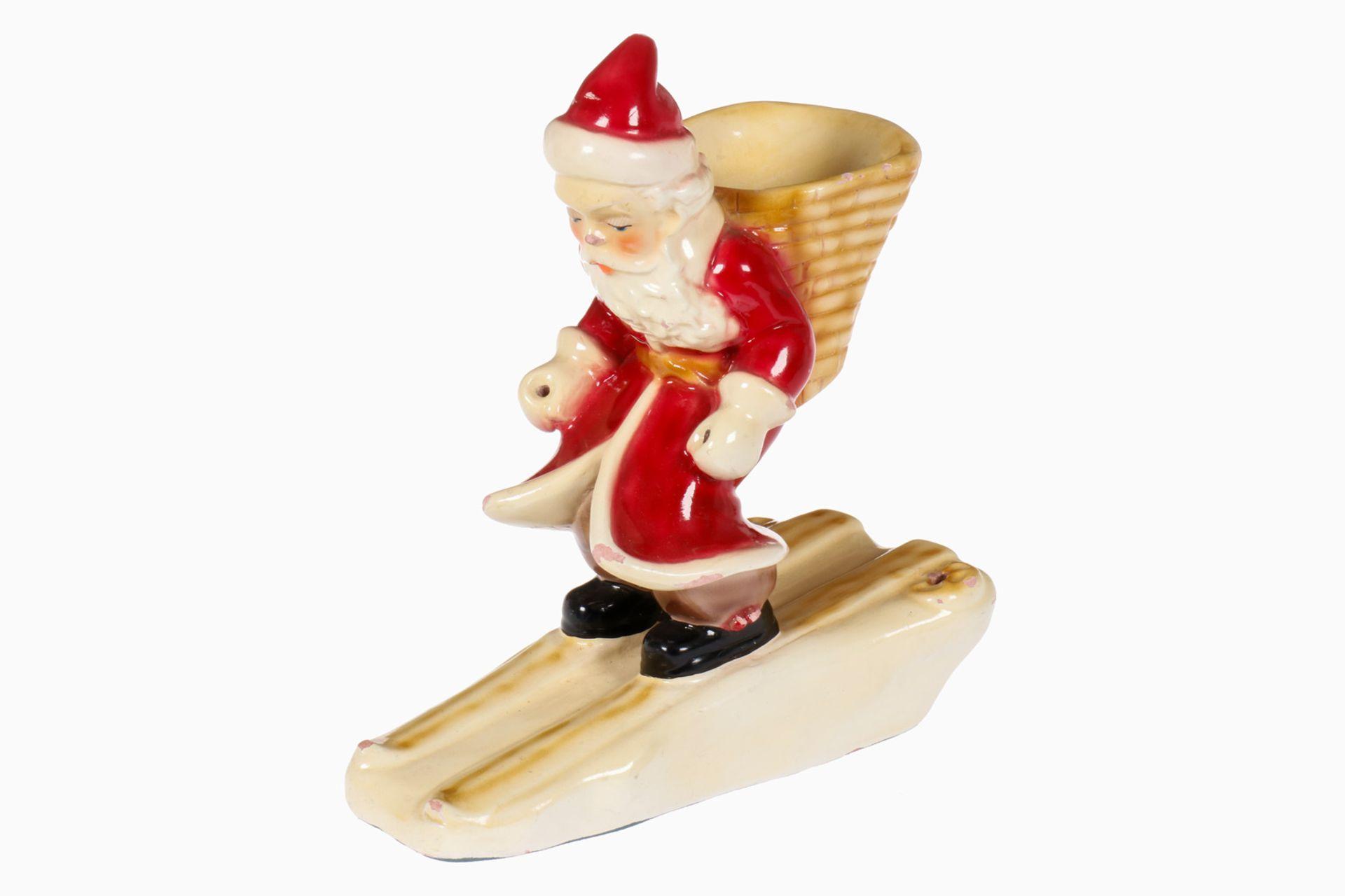 Nikolaus auf Skiern, Keramik, Holzstöcke fehlen, leichte Abschläge, L 19, Z 2-3