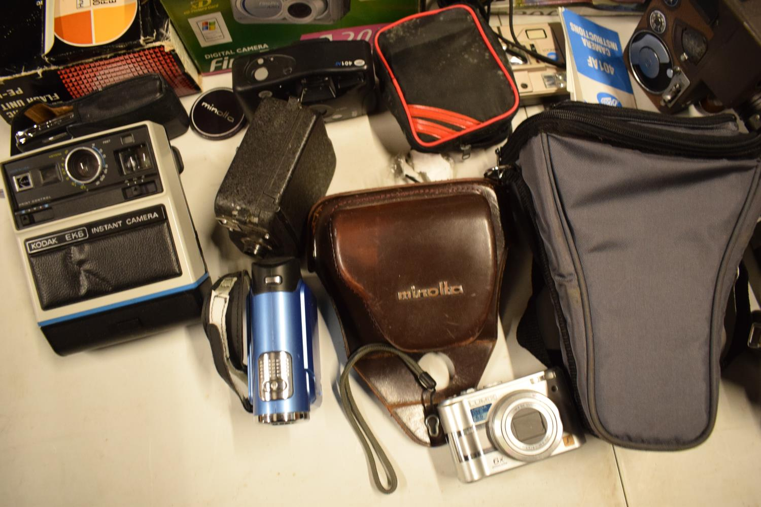 A mixed collection of cameras and accessories to include Kodak, Canon, JVC etc Condition is mixed. - Image 4 of 7