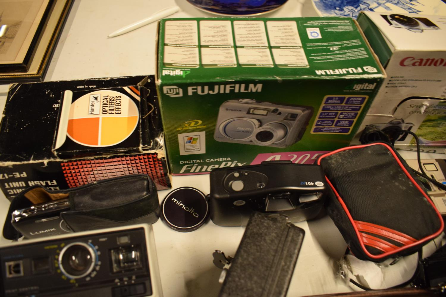 A mixed collection of cameras and accessories to include Kodak, Canon, JVC etc Condition is mixed. - Image 5 of 7