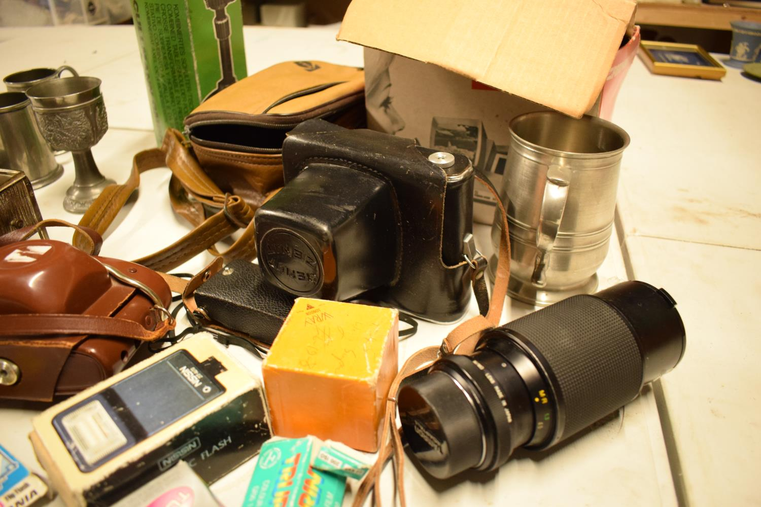 A mixed collection of items to include camera equipment, tankards, novelty cigarette dispenser etc - Image 2 of 4