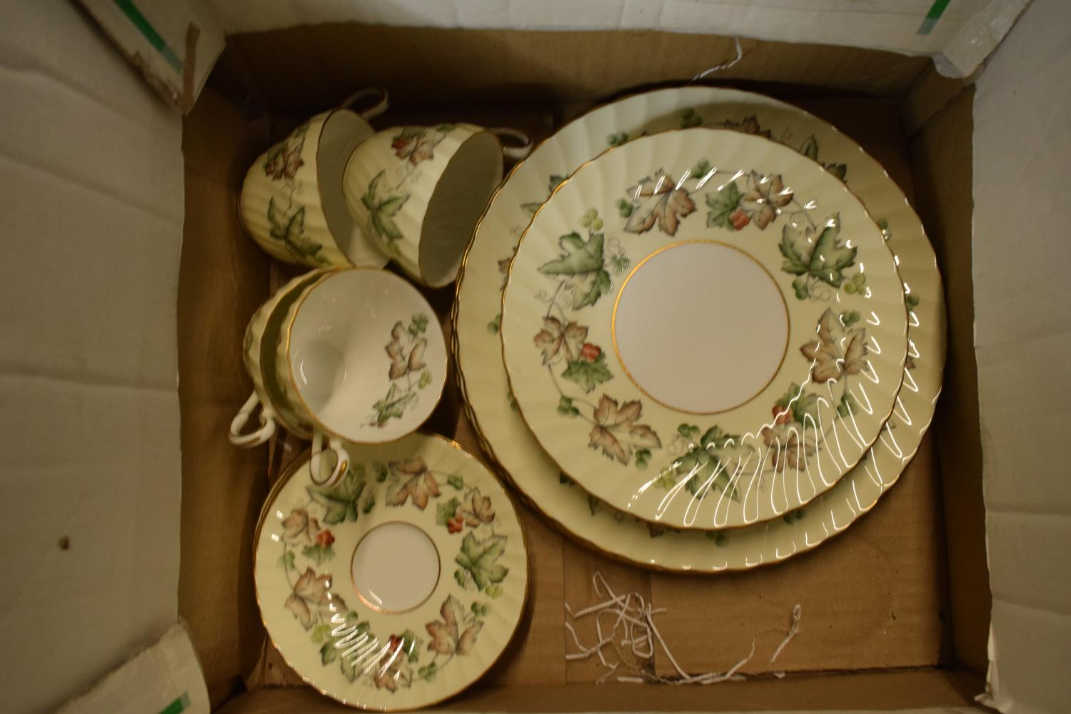 A collection of Foley Avondale tea ware to include 4 duos, 1 spare saucer, 6 8'' side plates and 3 - Image 3 of 3