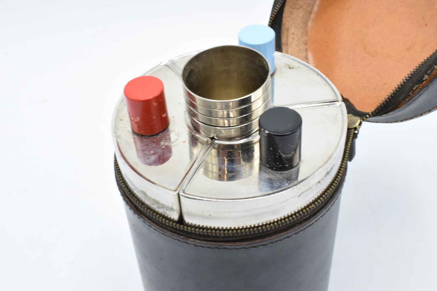 A 20th century travelling drinks set to include 3 flasks and 4 cups in a leather carry case. - Image 2 of 3