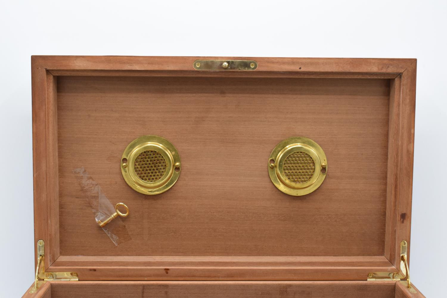 A modern veneered wooden cigar humidor with brass fixtures and fitting with a working lock and - Image 3 of 7