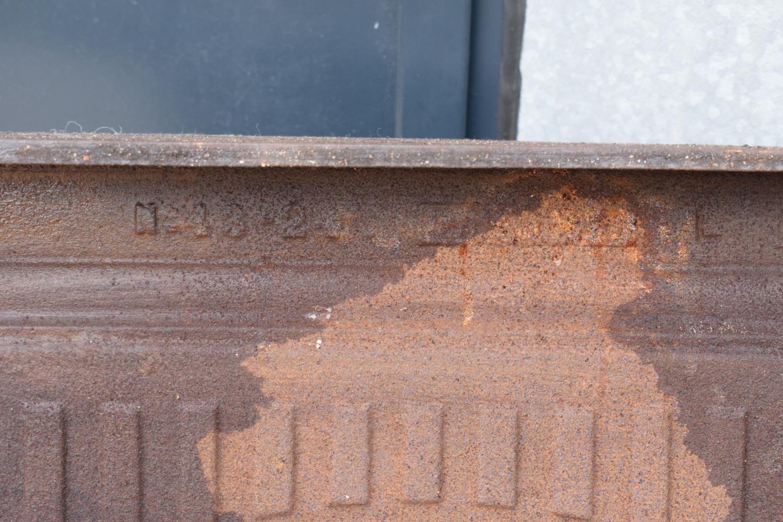 Victorian cast iron fireplace. 72 x 12 x 91cm. - Image 6 of 6