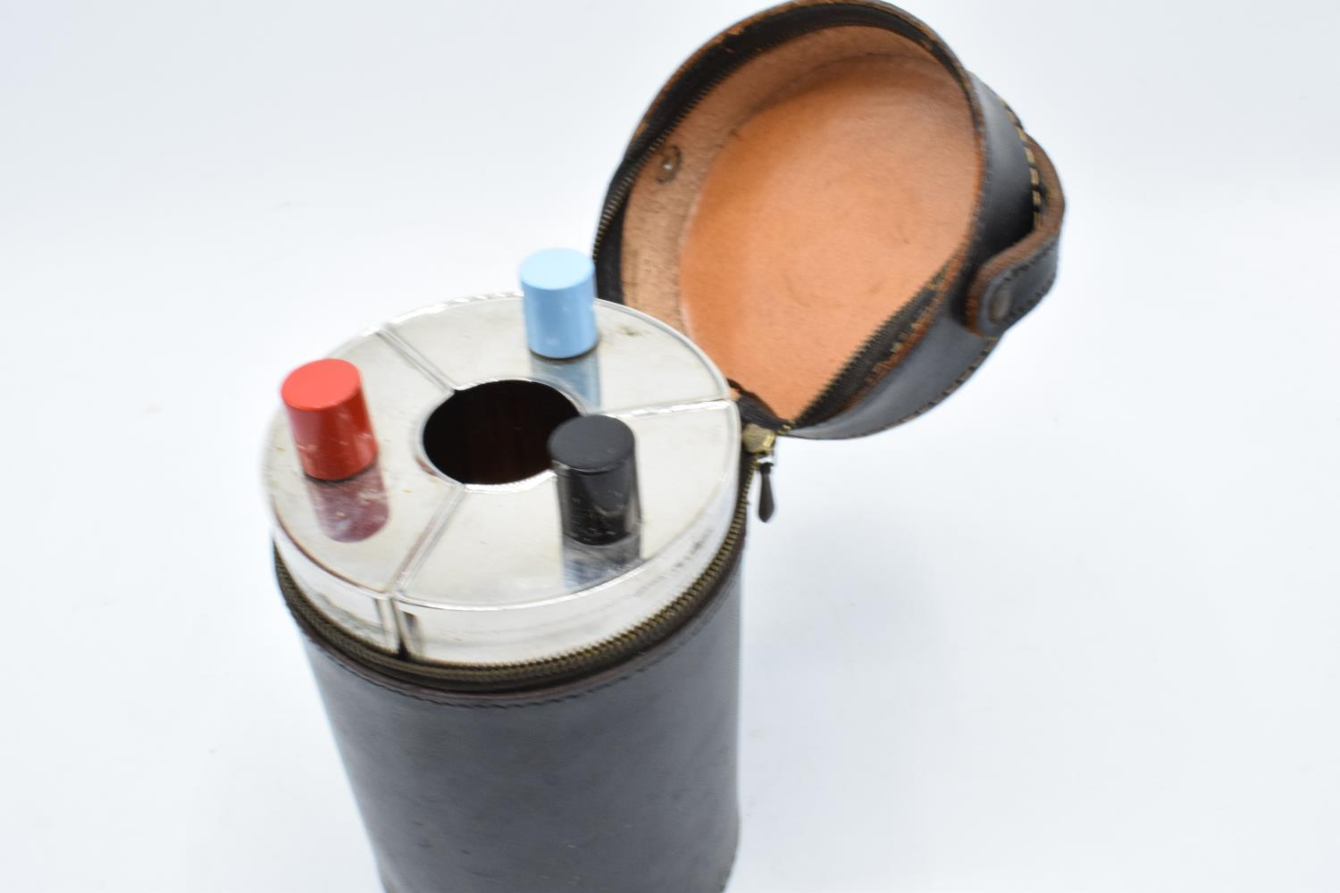 A 20th century travelling drinks set to include 3 flasks and 4 cups in a leather carry case. - Image 3 of 3