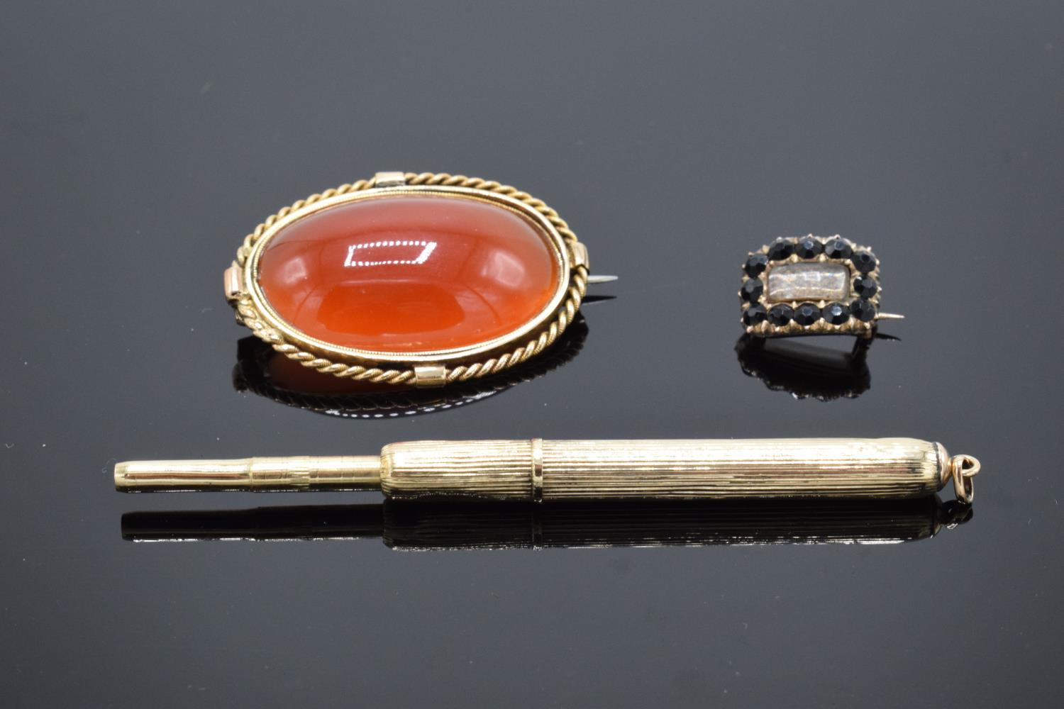 A collection of items to include a 15ct Victorian carnelian brooch (tested as 15ct) (gross weight