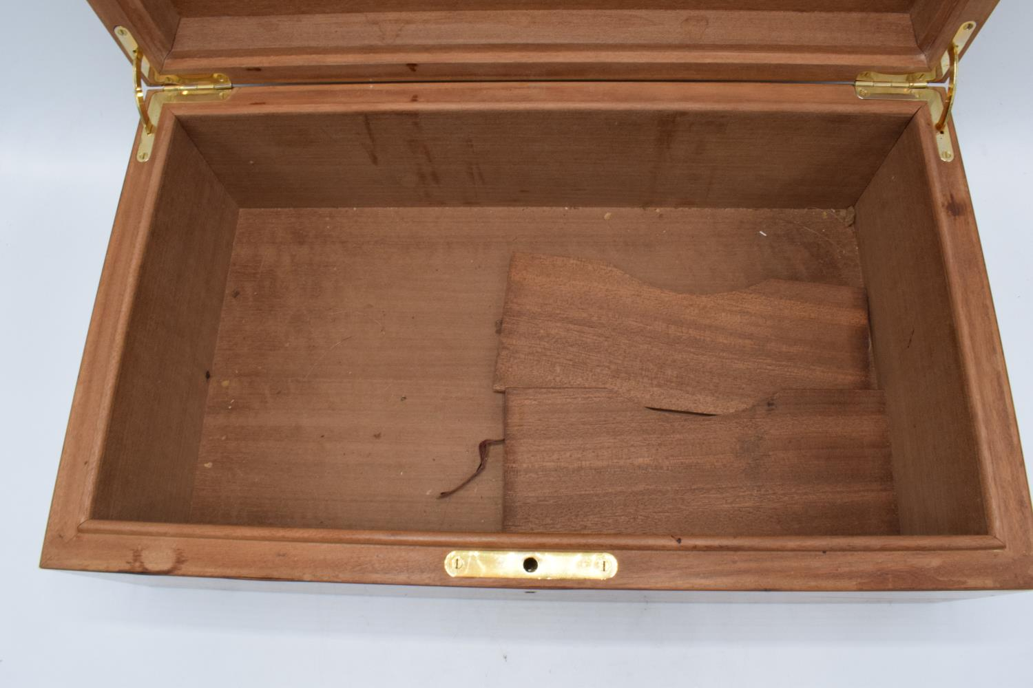 A modern veneered wooden cigar humidor with brass fixtures and fitting with a working lock and - Image 5 of 7