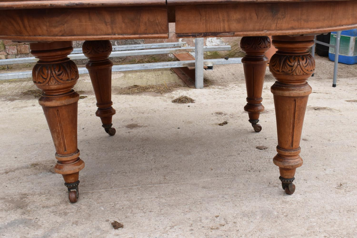 Large Victorian extending dining table on carved legs with an extra leaf and the handle. In good - Image 3 of 8