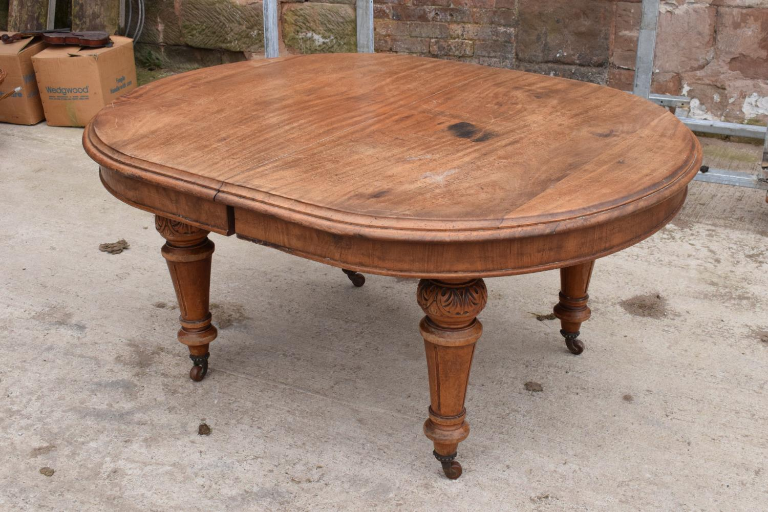 Large Victorian extending dining table on carved legs with an extra leaf and the handle. In good - Image 2 of 8