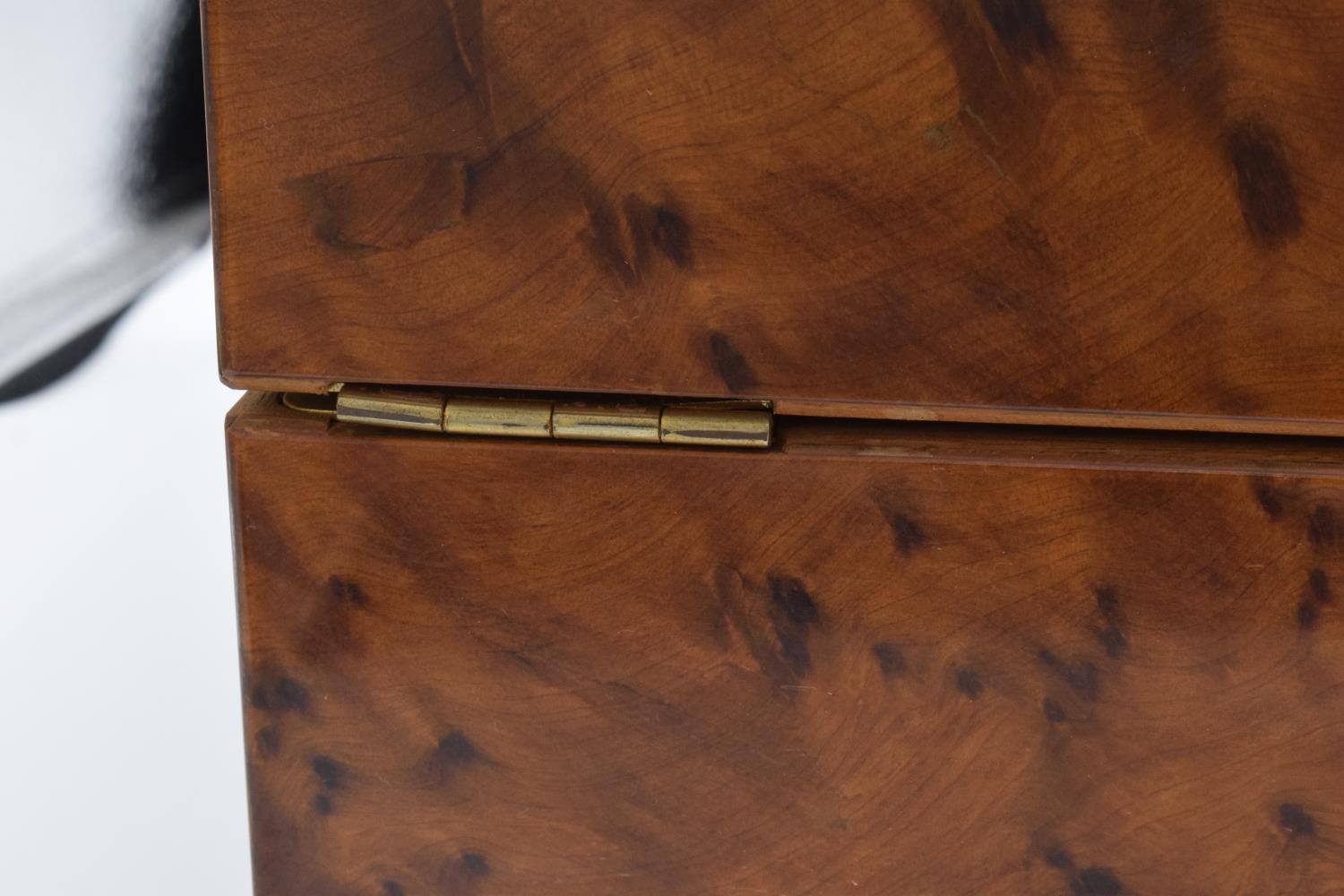 A modern veneered wooden cigar humidor with brass fixtures and fitting with a working lock and - Image 7 of 7
