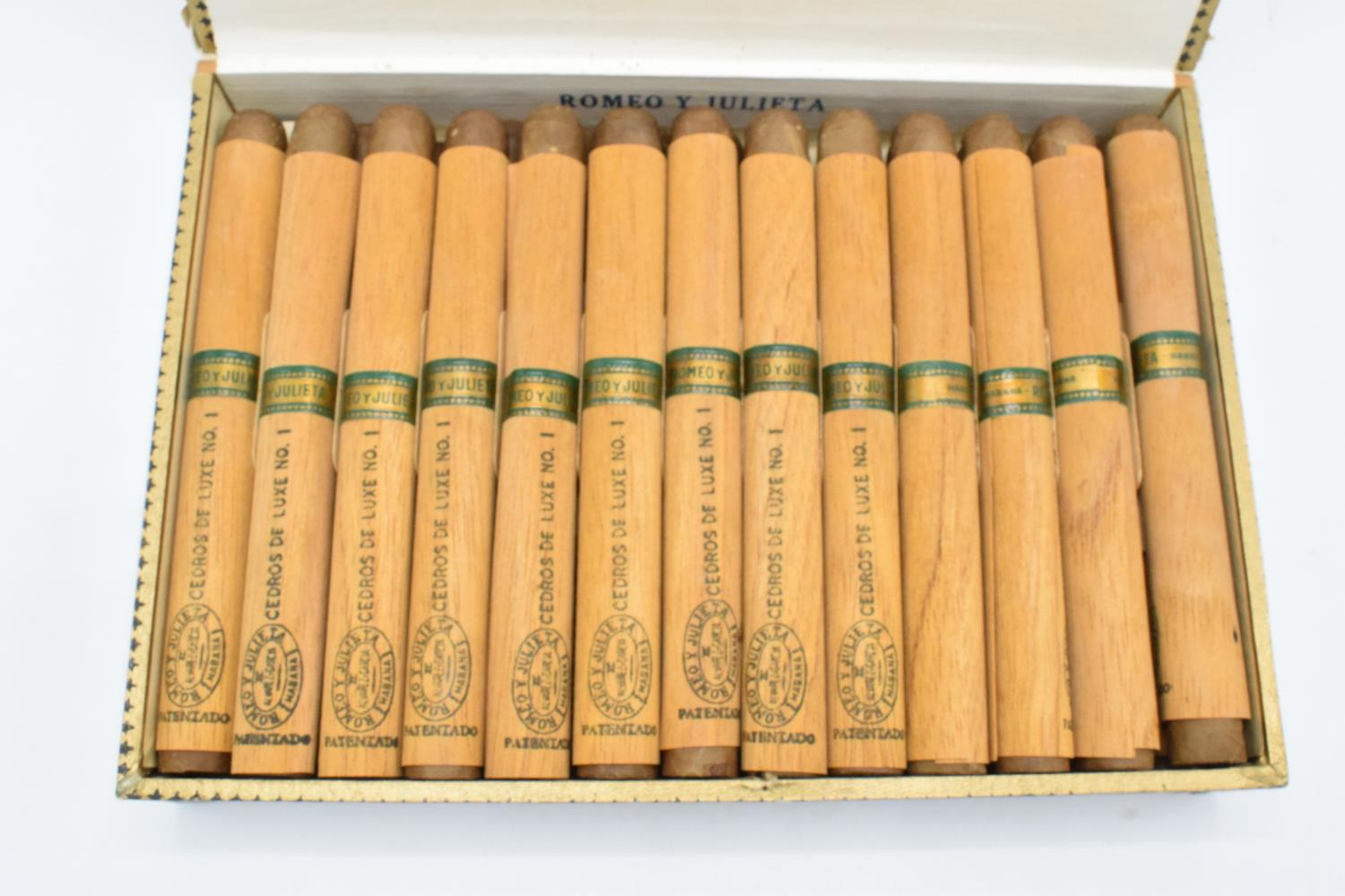 A cased set of 25 Romeo y Julieta Cedros De Luxe No.1 cigars made in Habana, Cuba. Appear to be in - Image 6 of 11