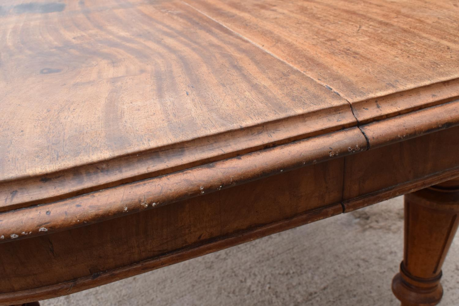 Large Victorian extending dining table on carved legs with an extra leaf and the handle. In good - Image 5 of 8