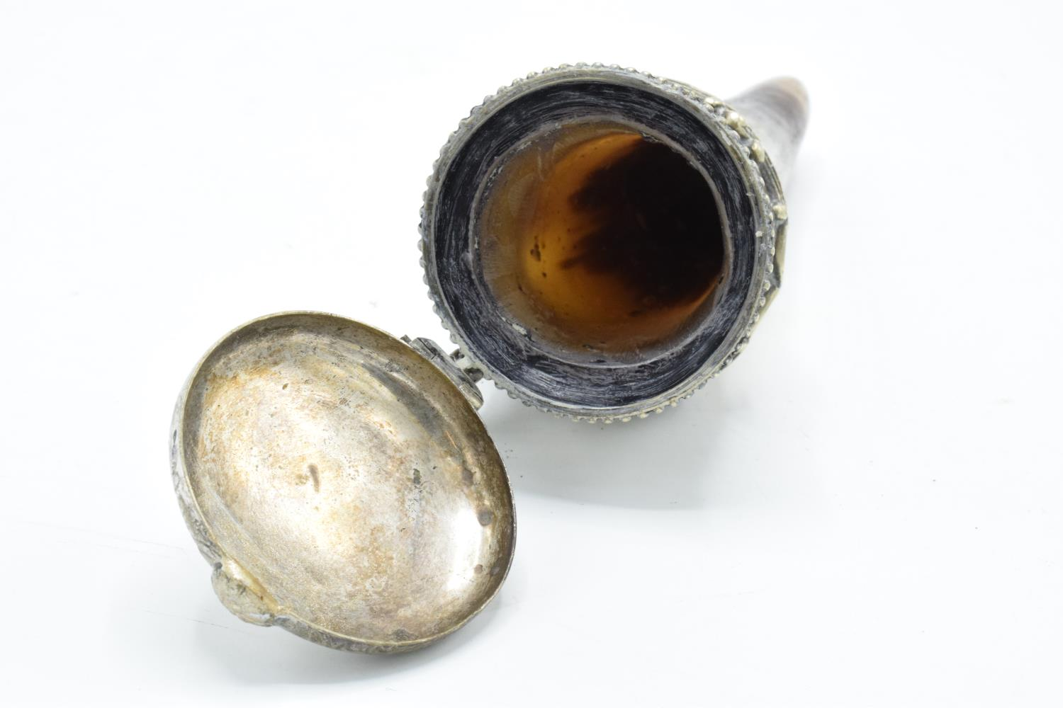An unusual horn snuff mull/ box with a silver plate lid section and ornate mount. In good - Image 3 of 5