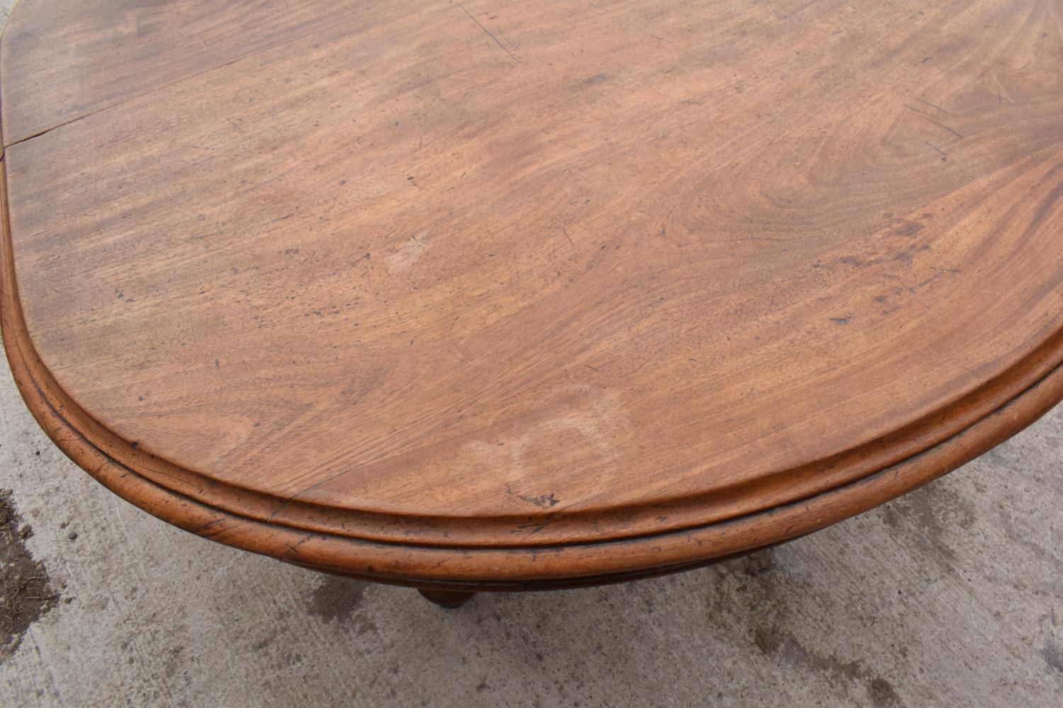 Large Victorian extending dining table on carved legs with an extra leaf and the handle. In good - Image 6 of 8