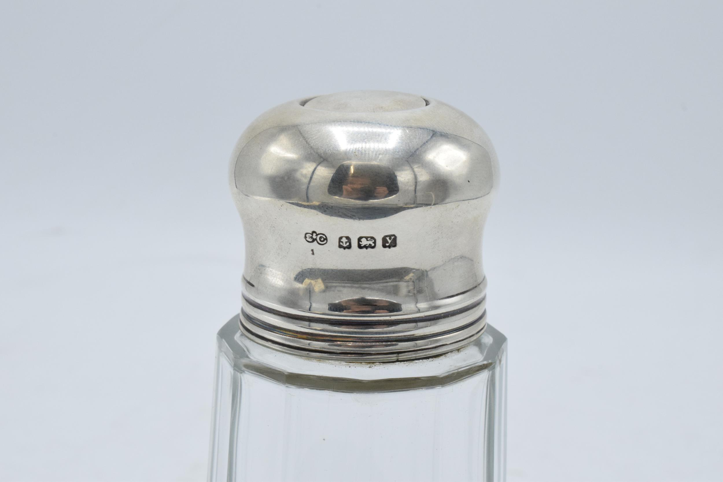 A glass and silver topped sugar sifter. Birmingham 1923. In good condition. - Image 3 of 5