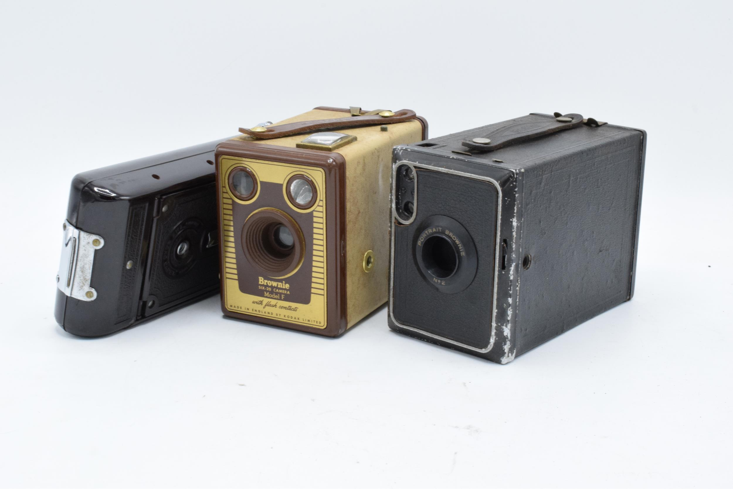 A collection of vintage cameras in carry cases to include a Brownie Six-20 Model F, Kodak Brownie - Image 4 of 8