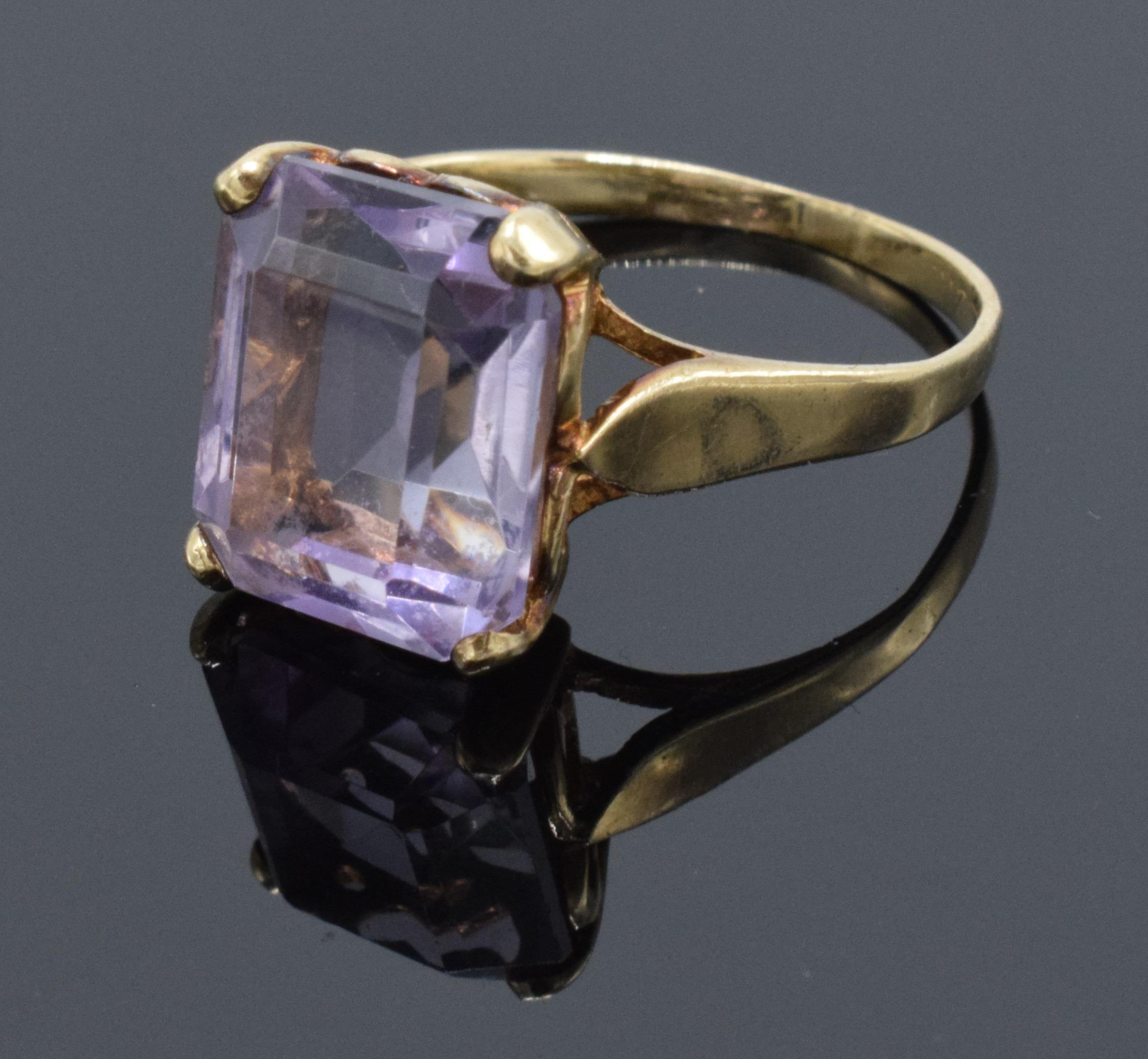 9ct gold ladies ring set with a large amethyst stone. 3.1 grams. UK size O/P. Hallmarks slightly