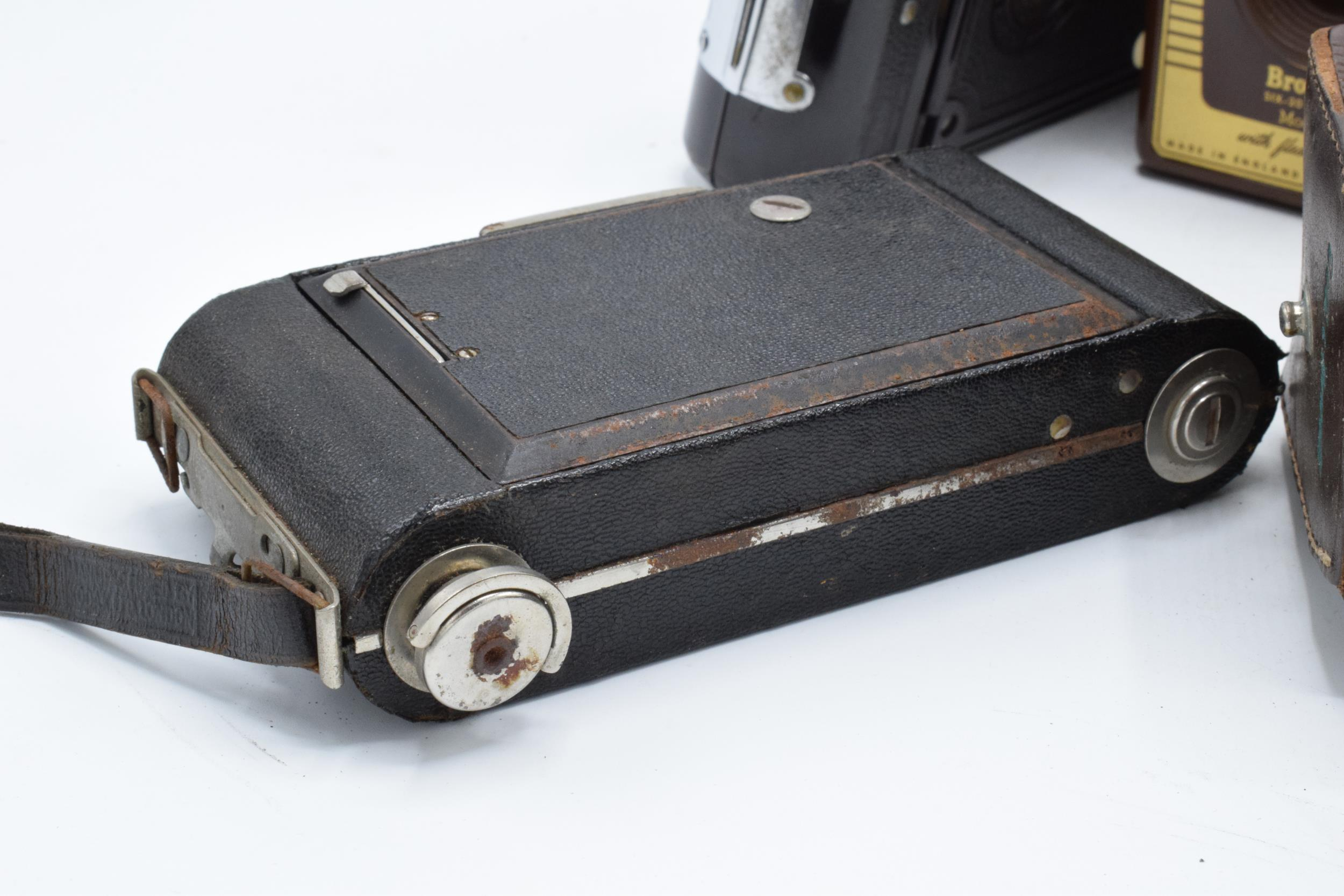 A collection of vintage cameras in carry cases to include a Brownie Six-20 Model F, Kodak Brownie - Image 3 of 8